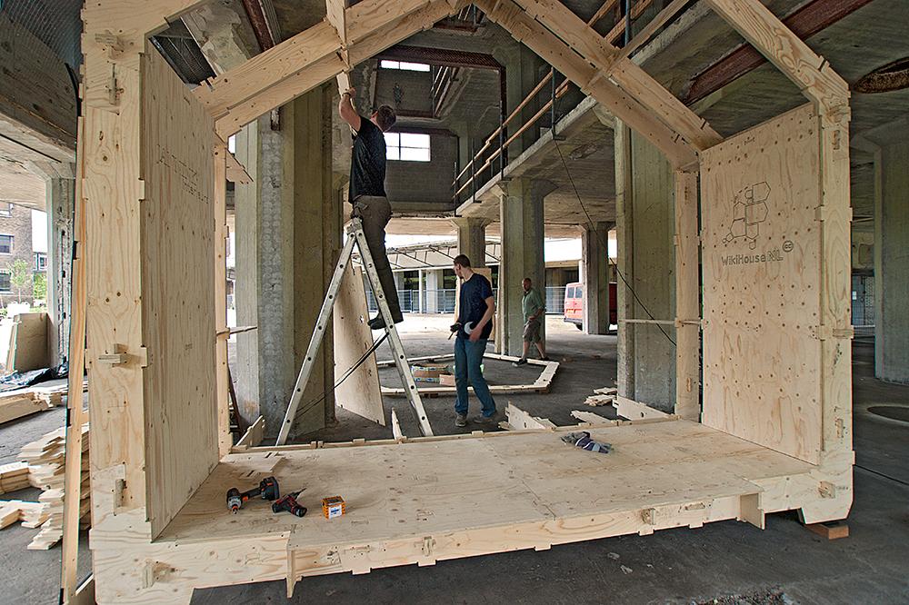 WikiHouse om ee betonnen kolom gebouwd