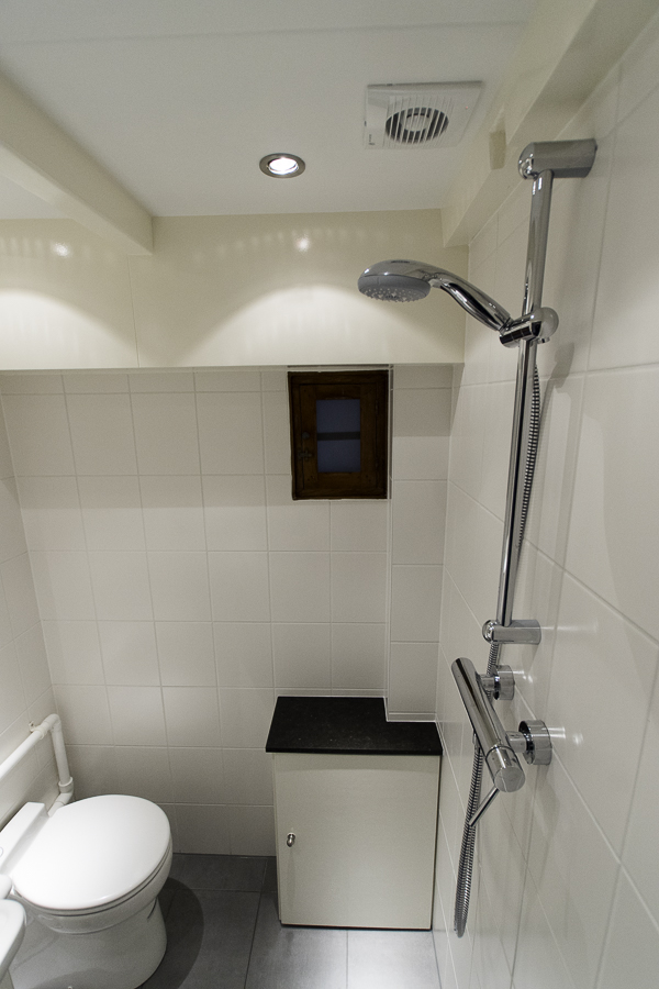 Kleine toilet doucheruimte in souterrain 12 jan willem de groot - Kleine doucheruimte ...