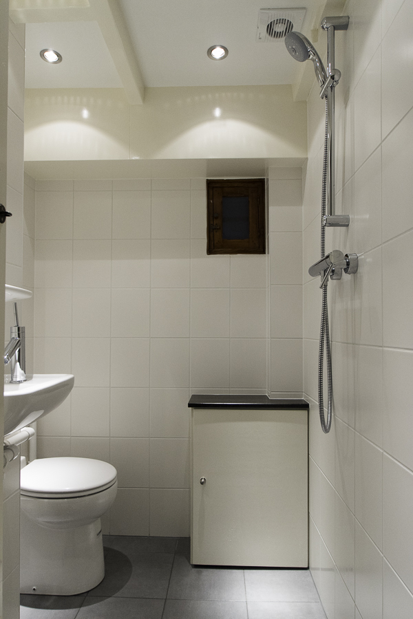 Kleine toilet doucheruimte in souterrain 3 jan willem de groot - Kleine doucheruimte ...