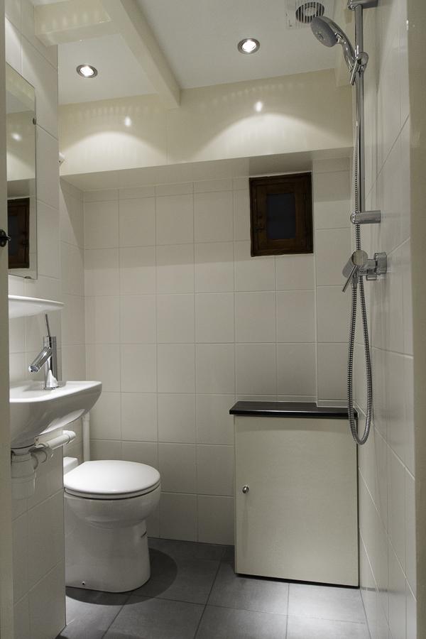 Kleine toilet doucheruimte in souterrain 4 jan willem de groot - Kleine doucheruimte ...