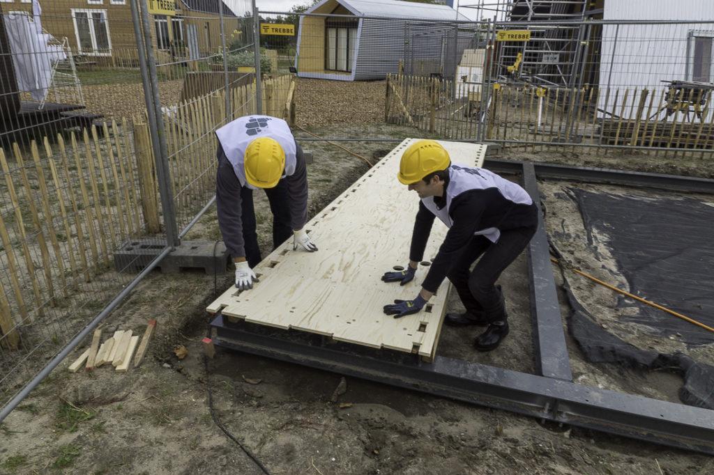 eerste-paneel-wordt-gepast-WikiHouse-Almere