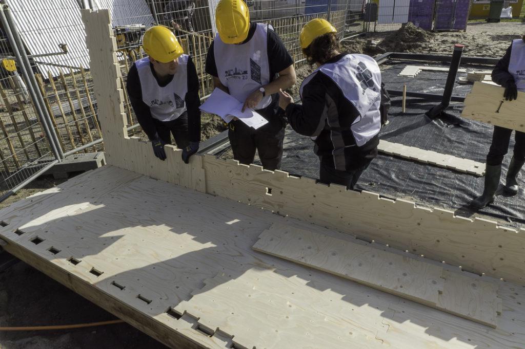 eerste-bodemsegment-in-elkaar-zetten-WikiHouse-Almere