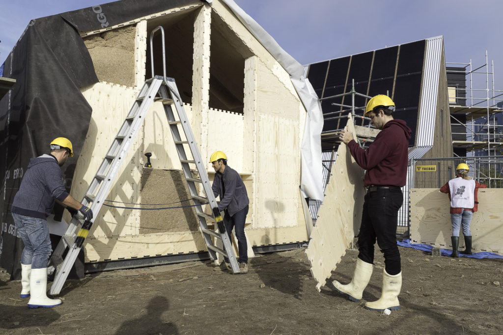 WikiHouse_Almere_building-the-endwall