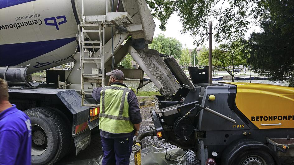 betonstort-met-betonpomp-gracht-amsterdam