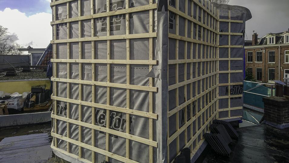 de-dakopbouw-van-houtsketbouw-op-de-latten-komen-dakpannen