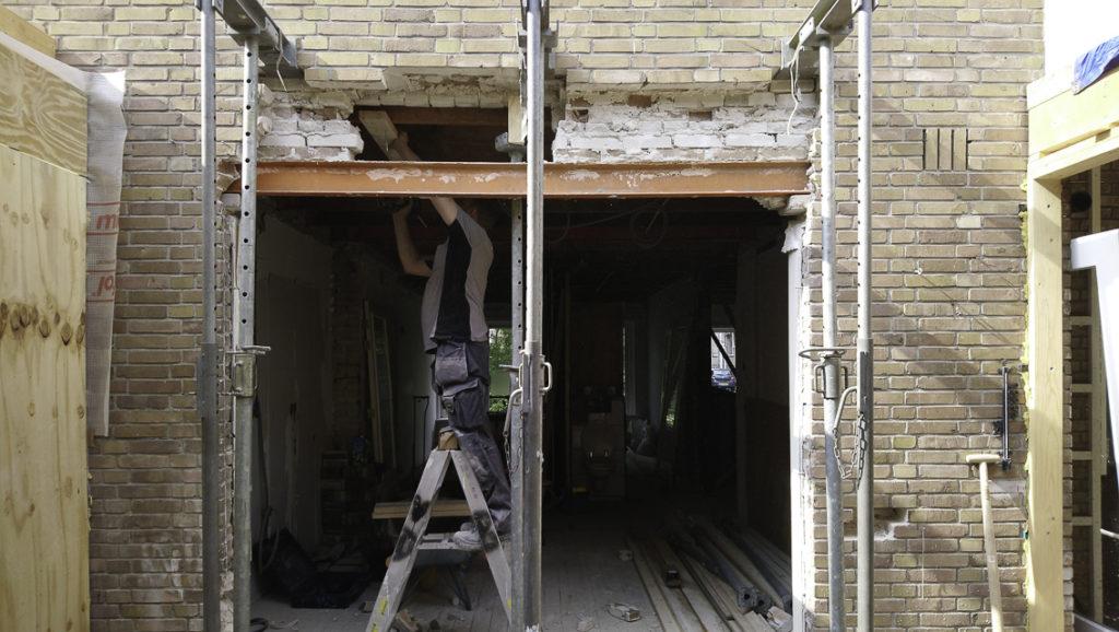 doorbraak-met=stalen-portaal-voor-uitbouw